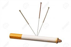12596367-acupuntura-para-dejar-de-fumar-Foto-de-archivo